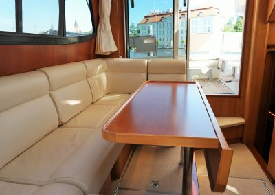 Linssen Yacht 34HT Sitzgruppe mit Tisch